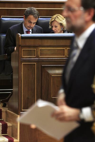 En primer plano Mariano Rajoy, al fondo, José Luis Rodríguez Zapatero y Elena Salgado, en el pleno del Congreso de los Diputados del 12 de mayo de 2010.