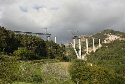 Obras del viaducto del AVE entre Ourense y Santiago de Compostela sobre el río Ulla.