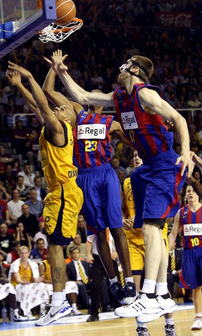 Augustine lucha por un rebote ante los azulgrana Vázquez y Morris.