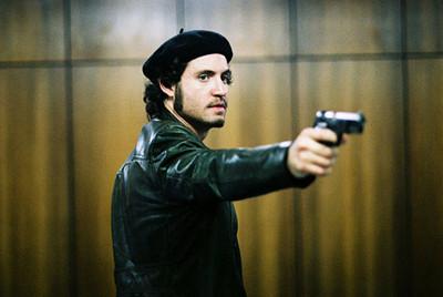 El actor venezolano Edgar Ramírez en un fotograma de la película  Carlos,  dirigida por el director francés Olivier Assayas.