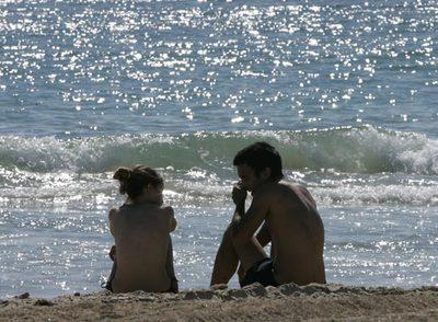 Dos jóvenes, ayer, en la playa de Cortadura, en Cádiz.
