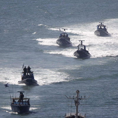 Abajo, lanchas israelíes regresan a puerto.