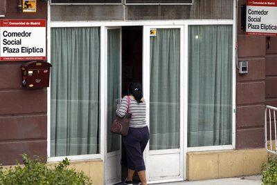 Una mujer acude a un comedor social de la comunidad en la plaza Elíptica.