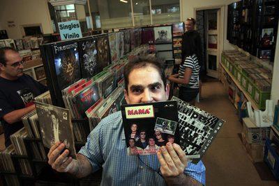 Antonio Pérez en su tienda de discos Bangladesh.