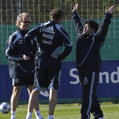 Fernando Signorini, a la izquierda, habla durante un entrenamiento con Palermo, de espaldas, y Maradona.