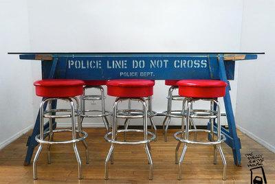 Mesa construida a partir de una barrera policial.