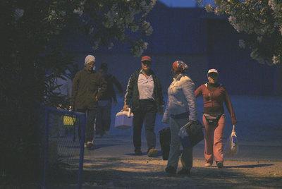 Temporeros se dirigen al trabajo cerca del Rocío (Huelva).