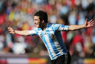 Higuaín celebra el segundo de sus tres goles de ayer a Corea del Sur.