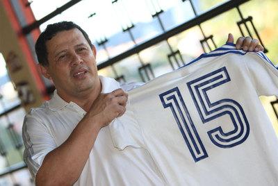 El futbolista Héctor Zelaya sostiene, en Tegucigalpa, la camiseta de la selección hondureña con la que marcó el gol que eliminó a España en 1982.