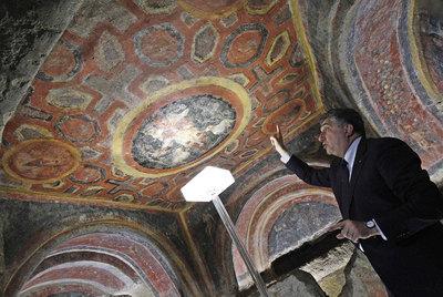 Un arqueólogo muestra uno de los frescos descubiertos gracias al láser en las catacumbas de Santa Tecla.