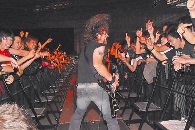 Lips, guitarrista de Anvil, recuperando la gloria perdida ante sus fans japoneses.
