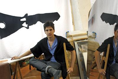 El diseñador de moda Pablo Ruiz Galán en su estudio.