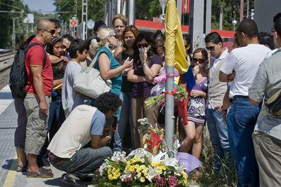 Un grupo de familiares y amigos de los dos fallecidos de origen colombiano depositó ayer flores en la estación de Castelldefels Playa.