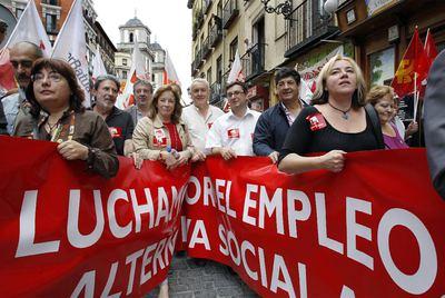 El líder de IU, Cayo Lara, en el centro de la cabecera de la manifestación ayer en Madrid.