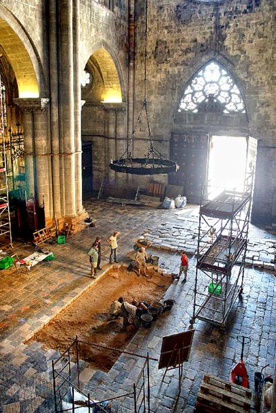 Trabajos de prospección en el interior de la catedral de Tarragona.