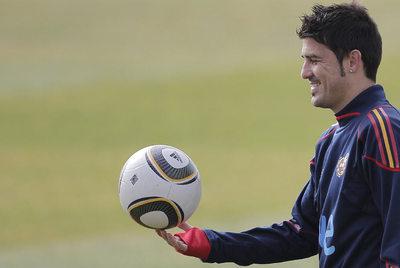 Villa juguetea con el balón durante un entrenamiento.
