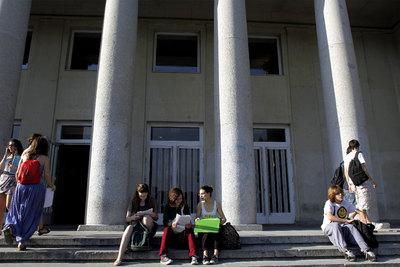 Estudiantes a las puertas de la facultad de Odontología de la Complutense de Madrid durante los exámenes de Selectividad.
