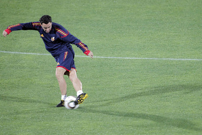 Xavi ensaya la  rabona  en el entrenamiento de ayer en Durban.