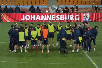 Los jugadores atienden a las instrucciones de Del Bosque  en el entrenamiento de la selección en el Soccer City.