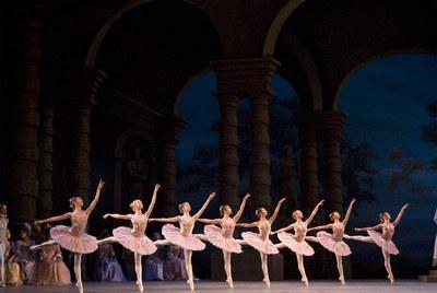 El cuerpo de baile del Royal Ballet en  La bella durmiente .