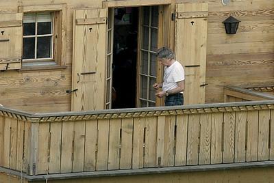 Roman Polanski, fotografiado recientemente en uno de los balcones de su chalet de Gstaad (Suiza), durante su arresto domiciliario.