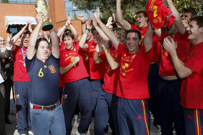 Álvaro del Bosque, hijo del seleccionador, levanta la Copa del Mundo ante los jugadores.