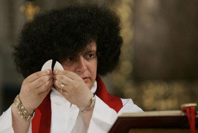 Maria Vittoria Longhitano, la primera mujer ordenada sacerdote en Italia, en una misa en Roma.