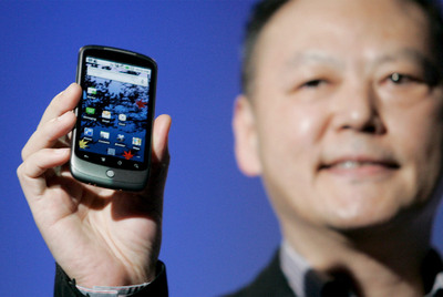 Peter Chou, director general de HTC, muestra el Nexus One.
