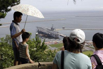 Un grupo de surcoreanos observa el portaaviones estadounidense  George Washington  en el puerto de Busan, al sur de Seúl.