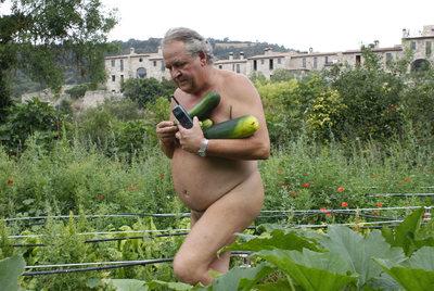 Emili Vives, propietario de las tierras que albergan el poblado naturista de El Fonoll, recoge unas verduras de su huerto para la cena.
