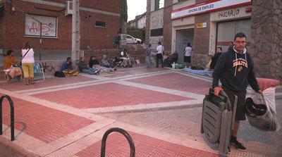Algunos de los parados que hacen cola en Collado Villalba desde las diez de la noche, pertrechados con ropa de abrigo, sillas y colchones.