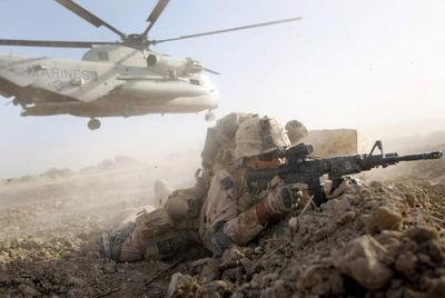 Un  marine  de la segunda brigada expedicionaria, en posición de combate en la provincia de Helmand, al sur de Afganistán.