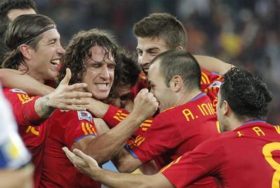 Puyol celebra con Ramos, Piqué, Iniesta y Xavi su gol a Alemania en las semifinales de la Copa del Mundo.