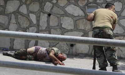 Un soldado libanés auxilia a un compañero herido en los combates en la localidad de Adaysseh, en la frontera de Líbano con Israel.