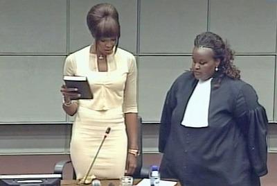 Naomi Campbell jura sobre la Biblia antes de prestar declaración en el tribunal de la ONU para Sierra Leona, ayer en La Haya.