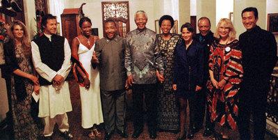 De izquierda a derecha: Jemima e Imran Khan, Naomi Campbell, Charles Taylor; Nelson Mandela y su esposa, Graça Machel; una mujer no identificada, Quincy Jones, Mia Farrow y Tony Leung tras la cena de 1997.