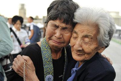 Dos supervivientes de la explosión nuclear de Hiroshima rezan por las víctimas en el acto de conmemoración.