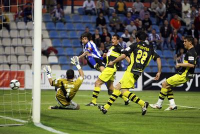 Tote marca al portero Raúl Navas el primer tanto del Hércules al Córdoba, en el partido de Segunda División del pasado 10 de mayo.