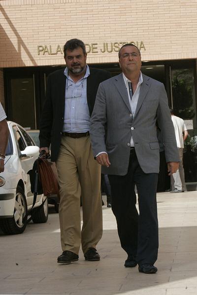 A la derecha, Enrique Ortiz, máximo accionista del Hércules, sale de los juzgados de Alicante.