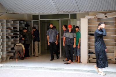 Varios fieles salen de la reabierta mezquita de Lleida tras el rezo.