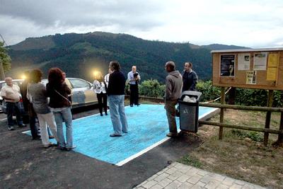 Un grupo de personas participaba el pasado viernes en la visita nocturna a la bodega de Llodio Beldui Txakolina.