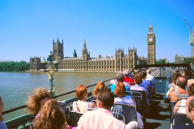 Un autobús turístico cruza el Támesis hacia el Parlamento.