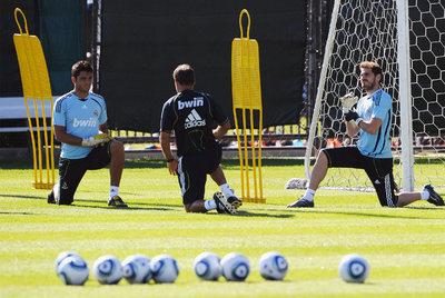 Adán (a la izquierda) y Casillas, durante un entrenamiento en Los Ángeles.