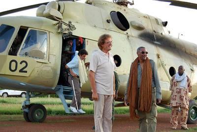 El mediadior Mustafá Chafi (con gafas de sol) junto a los cooperantes españoles Roque Pascual y Albert Vilalta (bajando del helicóptero).