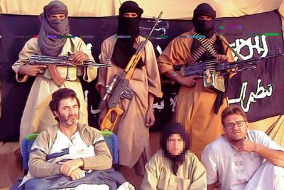 Los tres cooperantes españoles secuestrados en Mauritania, junto a sus captores.