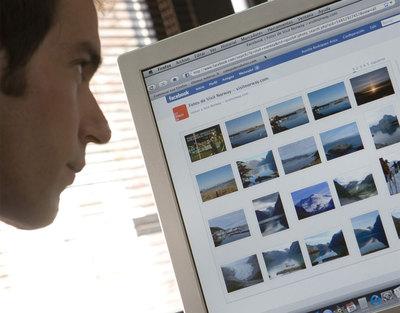 Un internauta revisa los contenidos de un perfil en la red social Facebook.