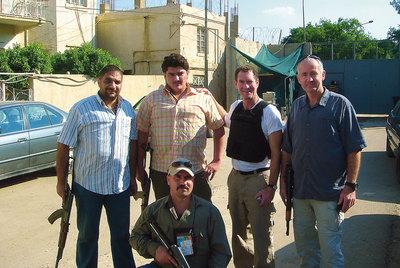 El autor, Terry Gould (con chaleco), fotografiado en Irak, concluye que los siete periodistas de los que se ocupa asumieron la muerte como inevitable para poder avanzar en sus investigaciones.