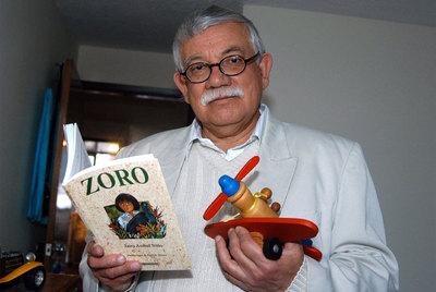 Jairo Aníbal, con un ejemplar de su libro  Zoro.
