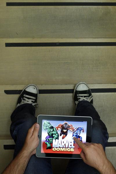 Un aficionado disfruta de la aplicación de la Marvel Comics en su iPad.
