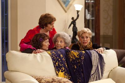 Carmen Maura, Concha Velasco, Alicia Hermida y Lola Herrera, en una escena de  Las chicas de oro.